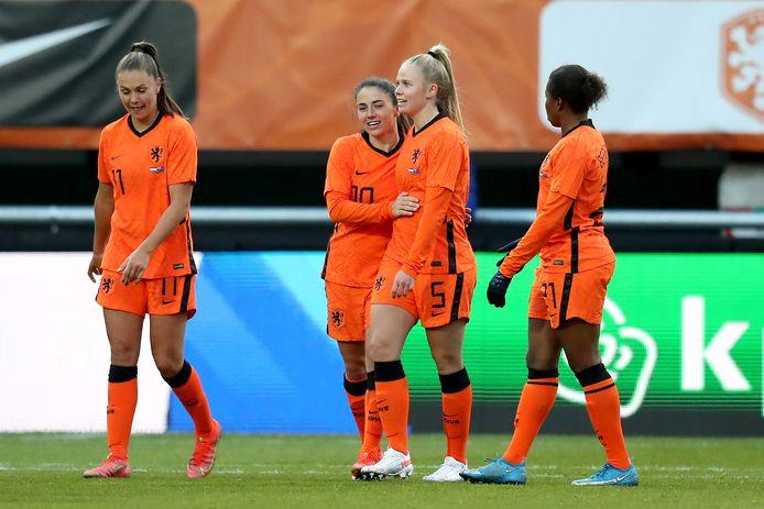 Kika van Es (nummer 5) in Oranje, met van rechts naar links Lieke Martens, Danielle van de Donk en Lineth Beerensteyn.