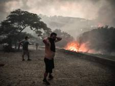 Le mont Parnès en proie aux flammes près d'Athènes