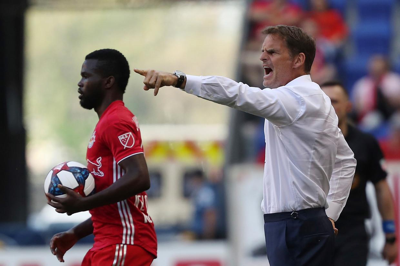 De Boer geeft zijn team aanwijzingen tijdens een wedstrijd tegen de New York Red Bulls.