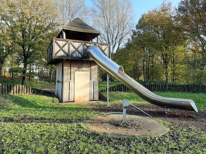Het kasteel zou eigenlijk een droom van spelende kinderen moeten zijn, maar sinds de opening in 2014 wordt de speelplek geteisterd door vandalen.