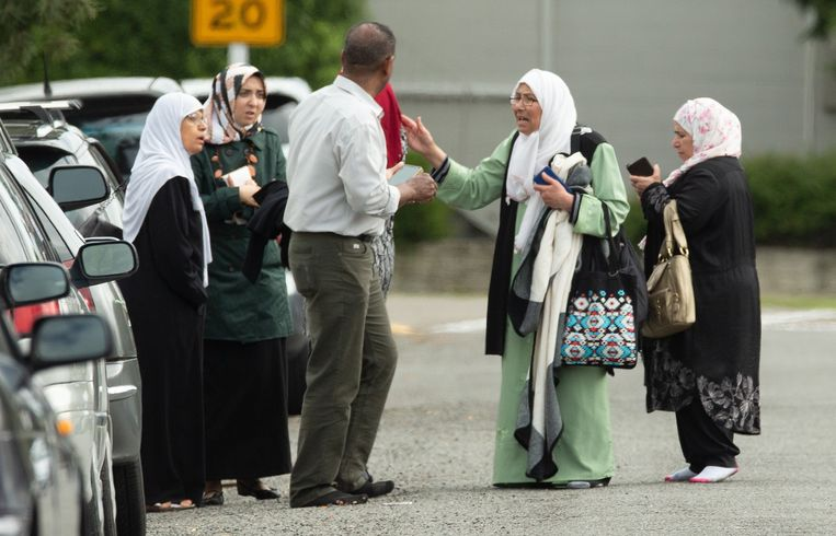 Ongeruste familieleden proberen informatie te bekomen.   Beeld EPA