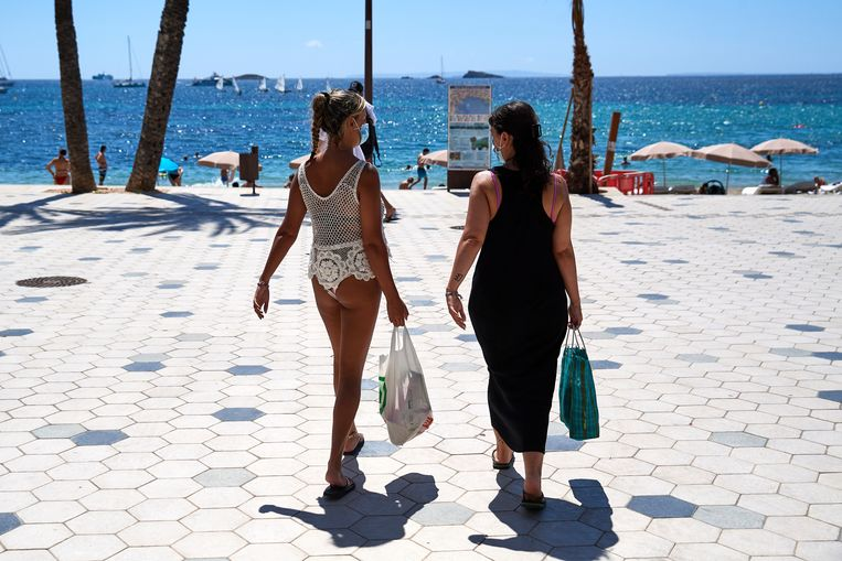 Toeristen op Ibiza in augustus 2020. Beeld Getty Images