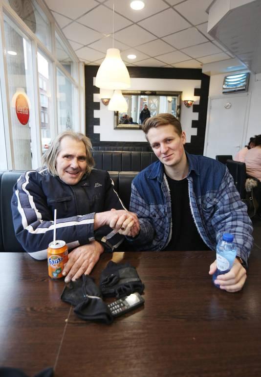 Deze foto is op 30 december 2016 gemaakt. Chuck staat op de foto met Alexander Spoor, die en inzamelingsactie voor Chuck startte.