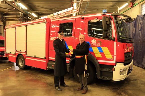 Burgemeester Van de Vijver overhandigde de sleutels van twee nieuwe voertuigen waaronder een Mercedes autopomp.