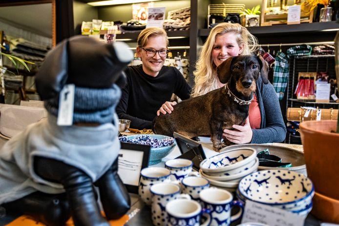 Rob en Carlijn Landeweer in hun tijdelijke teckelwinkel aan de Smedenstraat in Deventer. Samen met teckel Beer verhuizen ze komende zomer naar een vast stekje aan de Broederenstraat.
