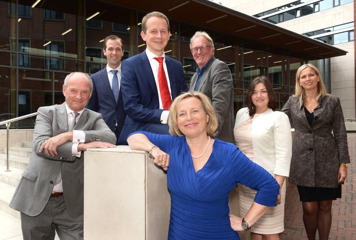 Het Vlaardingse college met vlnr: Frans Hoogendijk, Bart Bikkers, burgemeester Annemiek Jetten, Bart de Leede, Jacky Silos en gemeentesecretaris Anneke Knol.