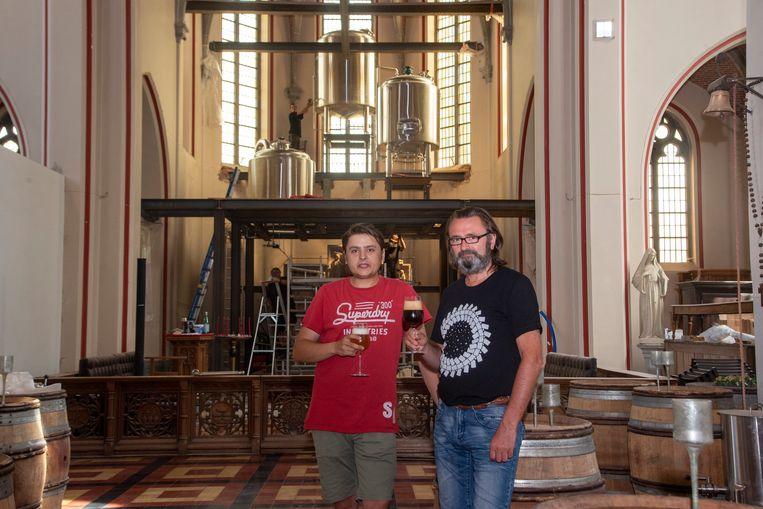In de kerk van Kwatrecht wordt nu ook een microbrouwerij geïnstalleerd door Victor en Hans Dusselier.