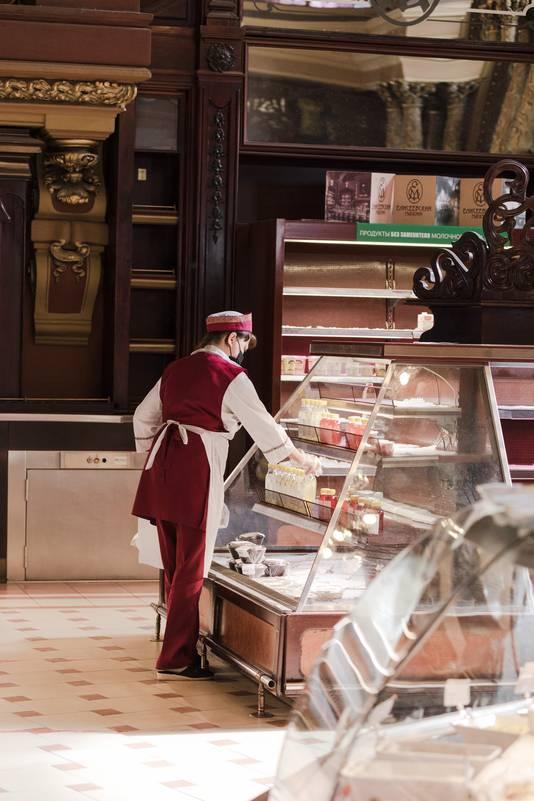 De oudste supermarkt in Moskou, Jelizejevski ( Yeliseyevsky Store) die na 120 jaar komende zondag definitief dicht gaat. Vooral het interieur is heel bijzonder (art nouveau uit de 19de eeuw).