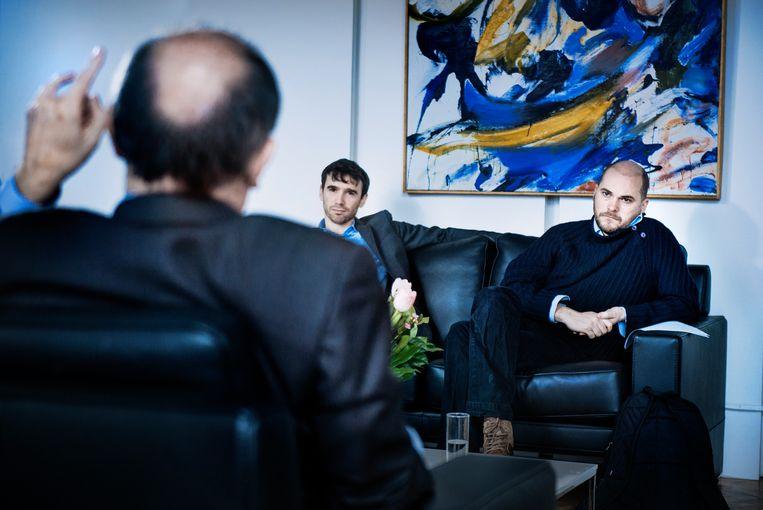 Johan Vande Lanotte, met tegenover zich de twee interviewers van 'De Morgen', chef politiek Jonas Muylaert en opiniërend hoofdredacteur Bart Eeckhout. Beeld Eric de Mildt