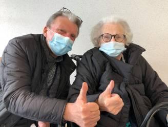 """Dolgelukkige senioren op eerste vaccinatiedag 85-plussers : """"Lichtpuntje naar normaler leven"""""""