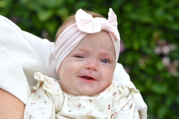De kleine Charlotte is geboren met een zeldzame aandoening aan het gehoor.