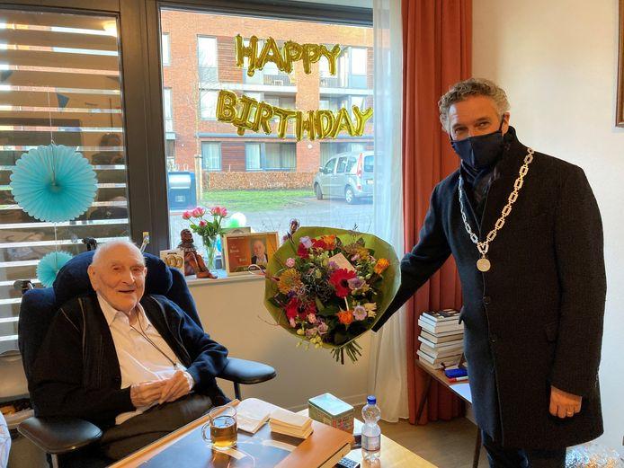 Pater van Beek wordt gefeliciteerd door burgemeester Hans Teunissen van de gemeente Gennep.