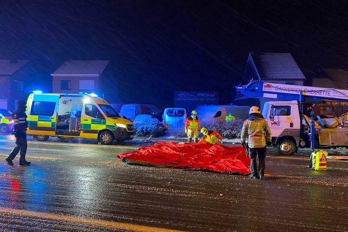 De brandweer stelde op de Oudenaardsesteenweg in Bambrugge een tent op zodat de chauffeur uit de sneeuw verder kon verzorgd worden.