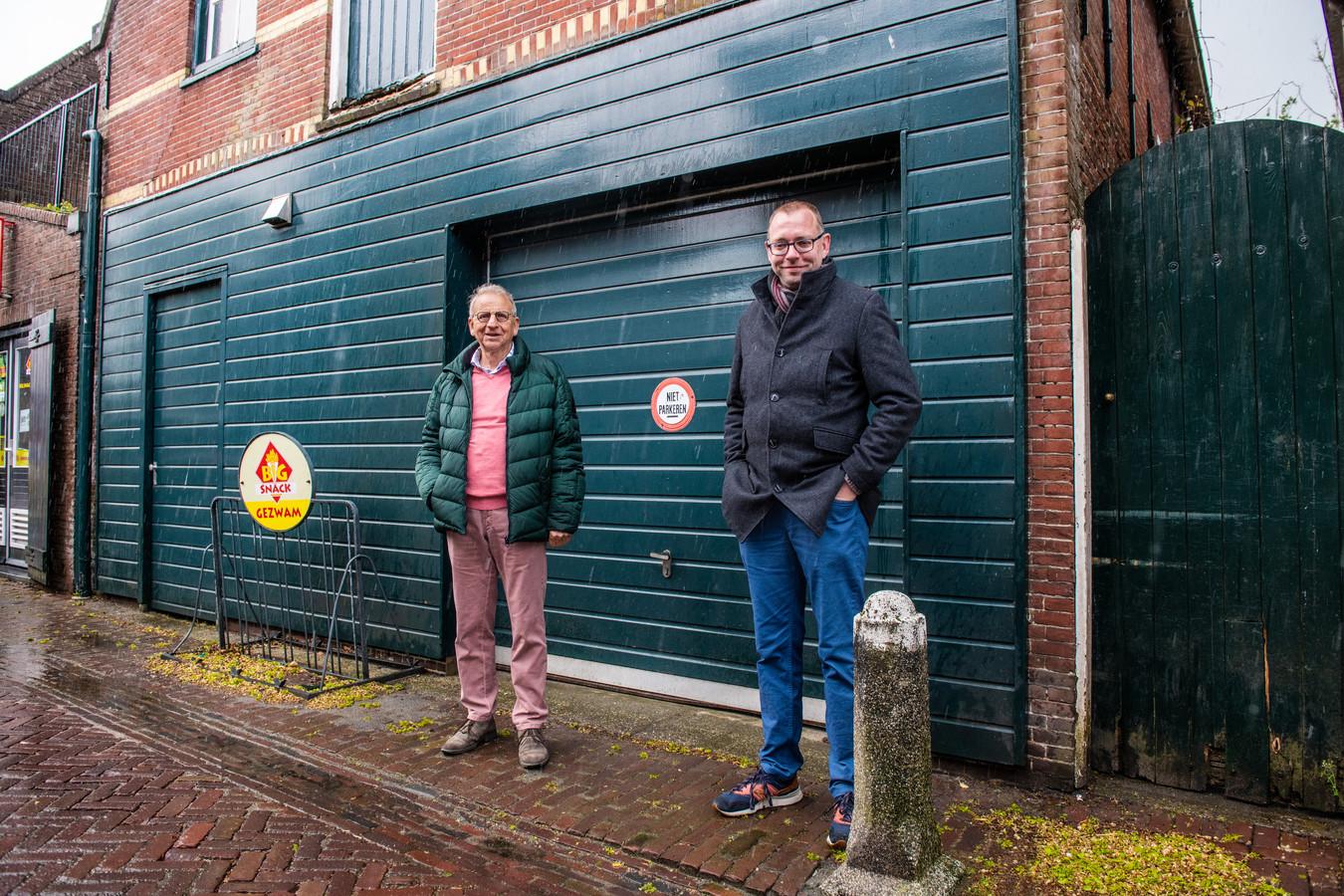 Cees Langeveld (links) en Simon Oosterbeek bij de 'Beulengrot' in Zwammerdam.