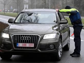 Chauffeur daagt politie uit voor race en rijdt door het rode licht