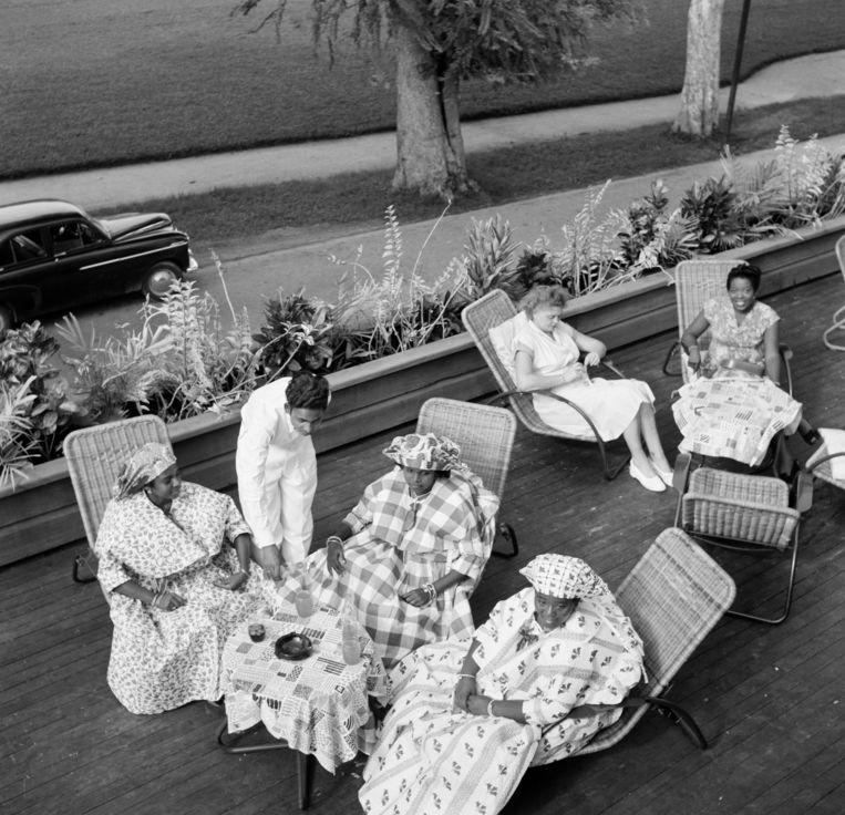 Een Surinaams theehuis in 1953. Beeld Getty Images