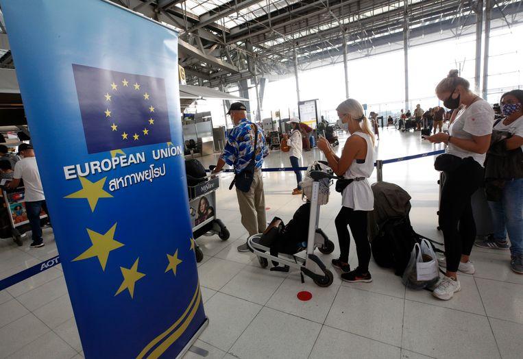EU-burgers staan in de rij op de luchthaven van Bangkok om gerepatrieerd te worden naar hun thuisland. Beeld EPA