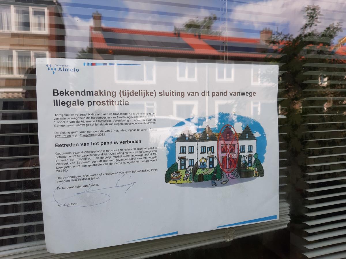 Duidelijke teksten op het raam van de woning aan de Kroosstraat.
