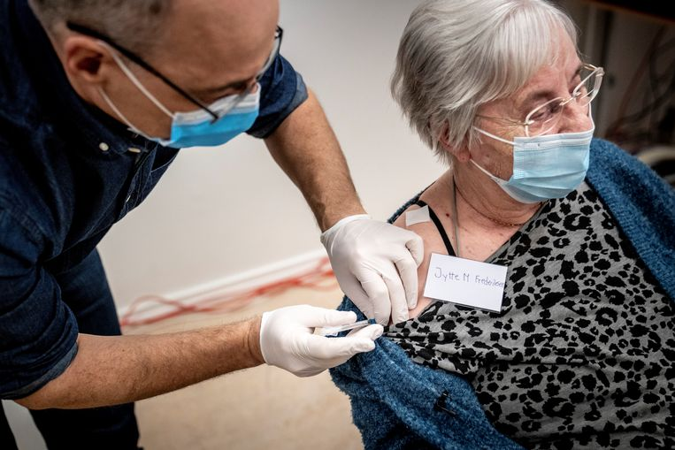De 83-jarige Jytte Margrete Frederiksen kreeg eind december in het Deense Ishoj het vaccin van Pfizer toegediend. Beeld via REUTERS
