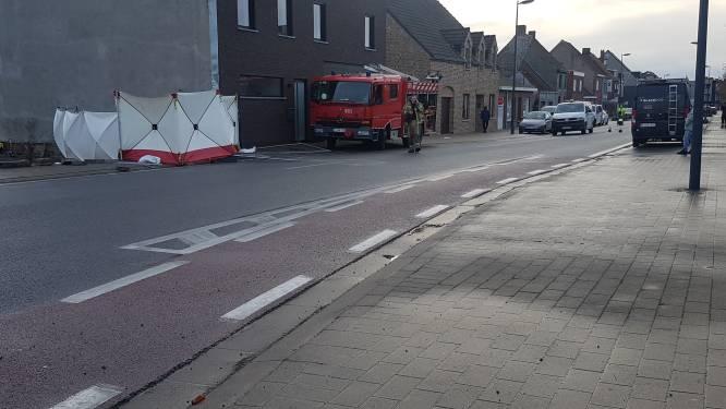 Motorrijder (65) overleden na botsing met werfhekkens en muur in Roksem