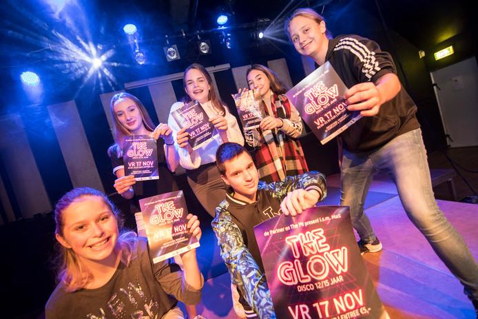 Zes scholieren bereiden een discoavond voor in De Partner aan de Nedereindseweg in Nieuwegein.