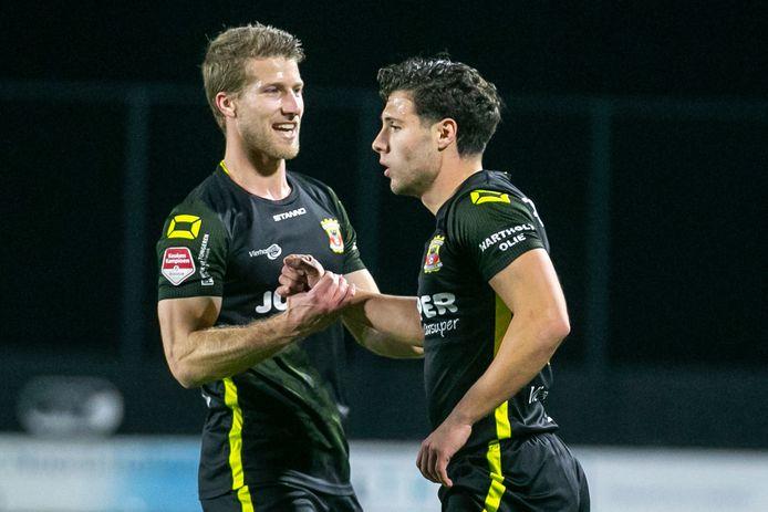 Giannis Foivos Botos en Wout Droste vieren de tweede goal van Go Ahead.