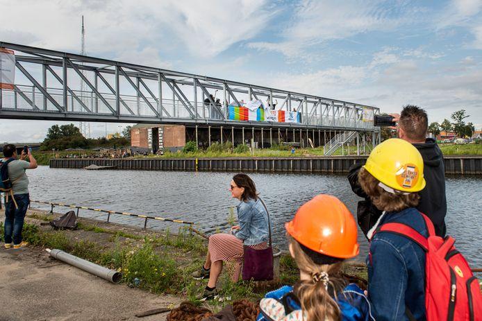 Nu al verbindt een tijdelijke brug over de Belcrumhaven hotspots als Belcrum Beach, Pier 15 en Stek, met de horeca en cultuur van Brack. Electron/MotMot Gallery en de Belcrum