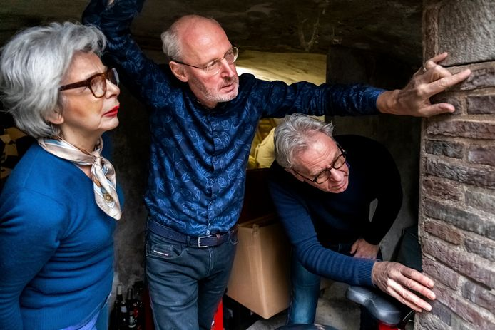 Ronald van der Krogt, bewoner van de Kromme Nieuwegracht 8, laat de scheuren in de muren van zijn kelder zien aan Ton en Annet Schoonhoven van nummer 52.