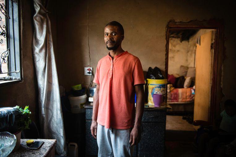 Thabang Raseboku in zijn oude townshiphuisje in Soweto. Voor werklozen als Raseboku voerde Zuid-Afrika vorig jaar, als onderdeel van het economische corona-noodpakket, voor het eerst in de nationale historie een bijstandsuitkering in. Beeld Bram Lammers
