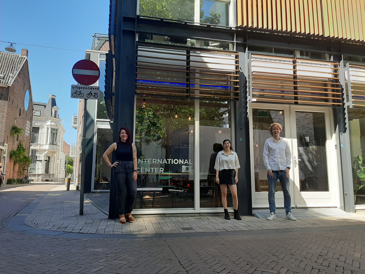 Inge strijkt met Oostwest neer aan het Pieter Vreedeplein. Daar gaat ze samenwerken met Thom en Zoë van het International Center.