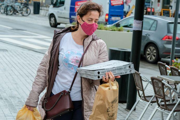 Beeld ter illustratie: een vrouw draagt een mondmasker in Etterbeek.