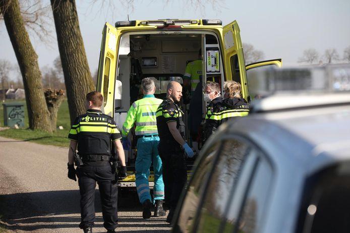 Verdachte geboeid in ambulance meegenomen