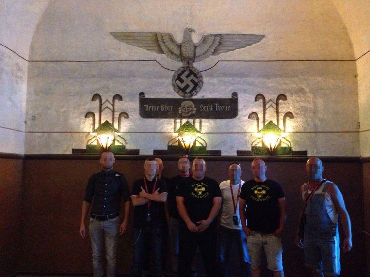 Leden van de extreemrechtse groep Right Wing Resistance poseren in het kamp van Breendonk bij nazi-symbolen.