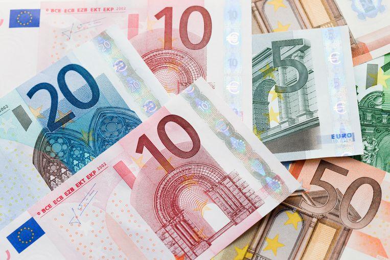 Bijna de helft van de Nederlanders blijft het belangrijk te vinden dat cash betalen wel mogelijk blijft Beeld Getty Images / Johner RF