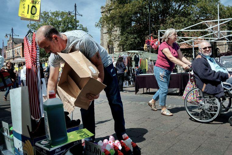Graeme Gibbons (52) verkoopt huishoudelijke producten op de markt van Romford. 'Ik zou willen dat mijn kinderen weer in het land kunnen wonen waarin ik ben opgegroeid.' Beeld Merlin Daleman