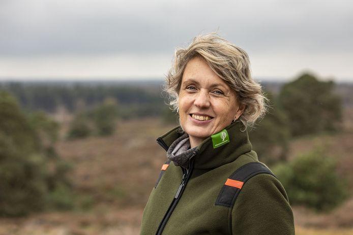 """Boswachter Ine Nijveld van Staatsbosbeheer: """"Uiteindelijk moet het Elsenerveen weer een echt veengebied worden...""""."""