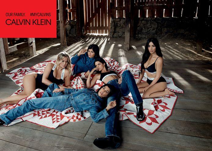 De zussen poseerden ook in de jeans-producten van het merk.