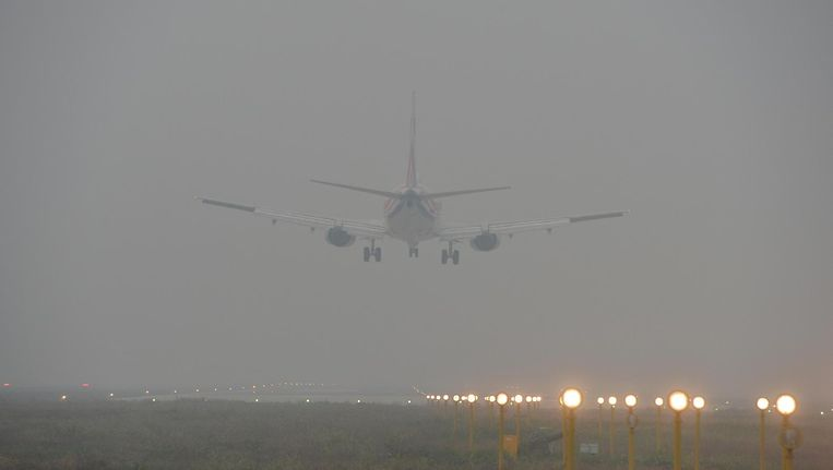 Een vliegtuig stijgt op boven Beijing. Beeld afp