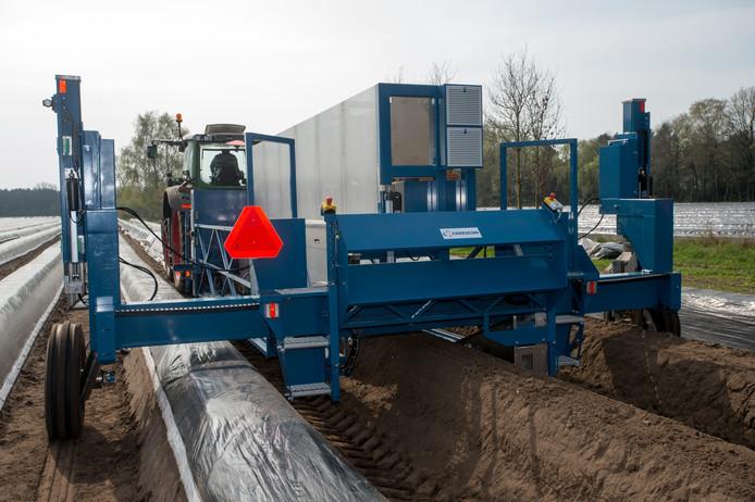 De aspergeoogstmachine van Cerescon uit Heeze 'leest' de bodem met sensors waarna de asperges gestoken kunnen worden.