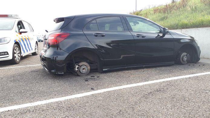De auto heeft schade opgelopen aan de onderkant.