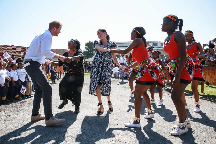 Prince Harry en Meghan dansen.