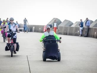 """Willy Deprins (65) rijdt 156 kilometer in zijn rolstoel en zamelt daarmee 6.500 euro in: """"Ik ben moe, maar heel erg gelukkig"""""""