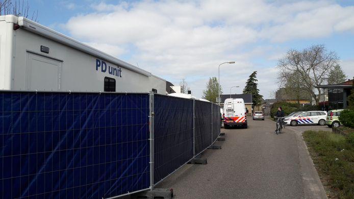 Politie bij de woning aan het Ambacht in Beneden-Leeuwen vlak na de ontdekking van het misdrijf .