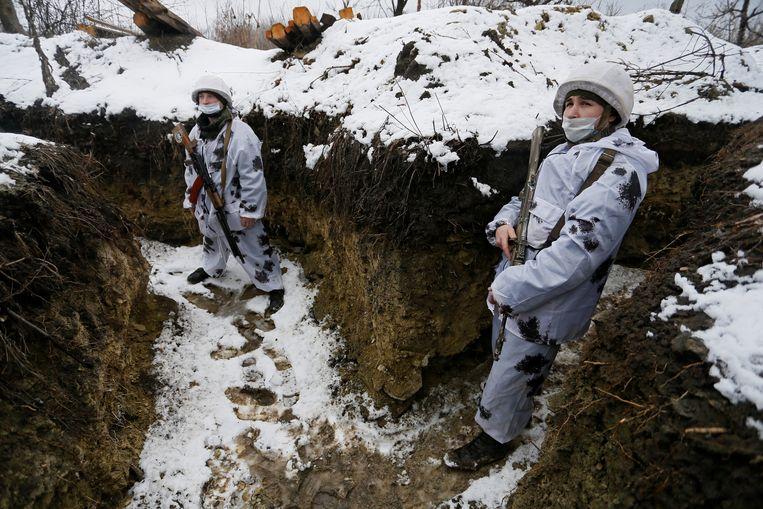 Militanten van de zelfverklaarde Volksrepubliek Loegansk bij de frontlinie in Zholobok. Beeld Reuters