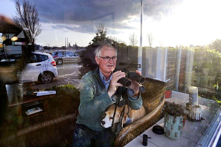 Dirk Weidema met zijn hond Lizzy. Vanuit zijn woonkamer heeft hij zicht op het complex van Tata Steel.  Beeld Olaf Kraak