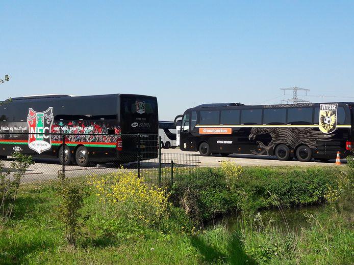 De spelersbussen van NEC en Vitesse, Betuwe Express heeft de vervoerscontracten met de Arnhemse club net weer verlengd.