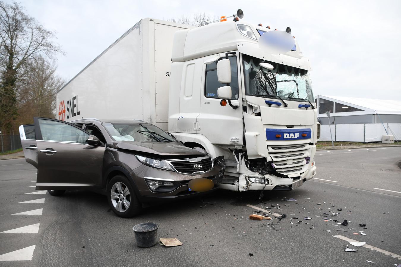 Op de Blekerijlaan in Woerden is een personenauto tegen een vrachtwagen gereden. De auto reed vanaf de Zaagmolenlaan de Blekerijlaan op, maar de bestuurder zag een vrachtwagen van links die voorrang had over het hoofd.