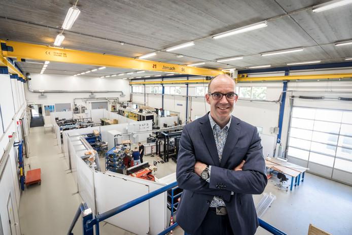 Directeur Hans Michels in de productieruimte van Sioux-CCM.
