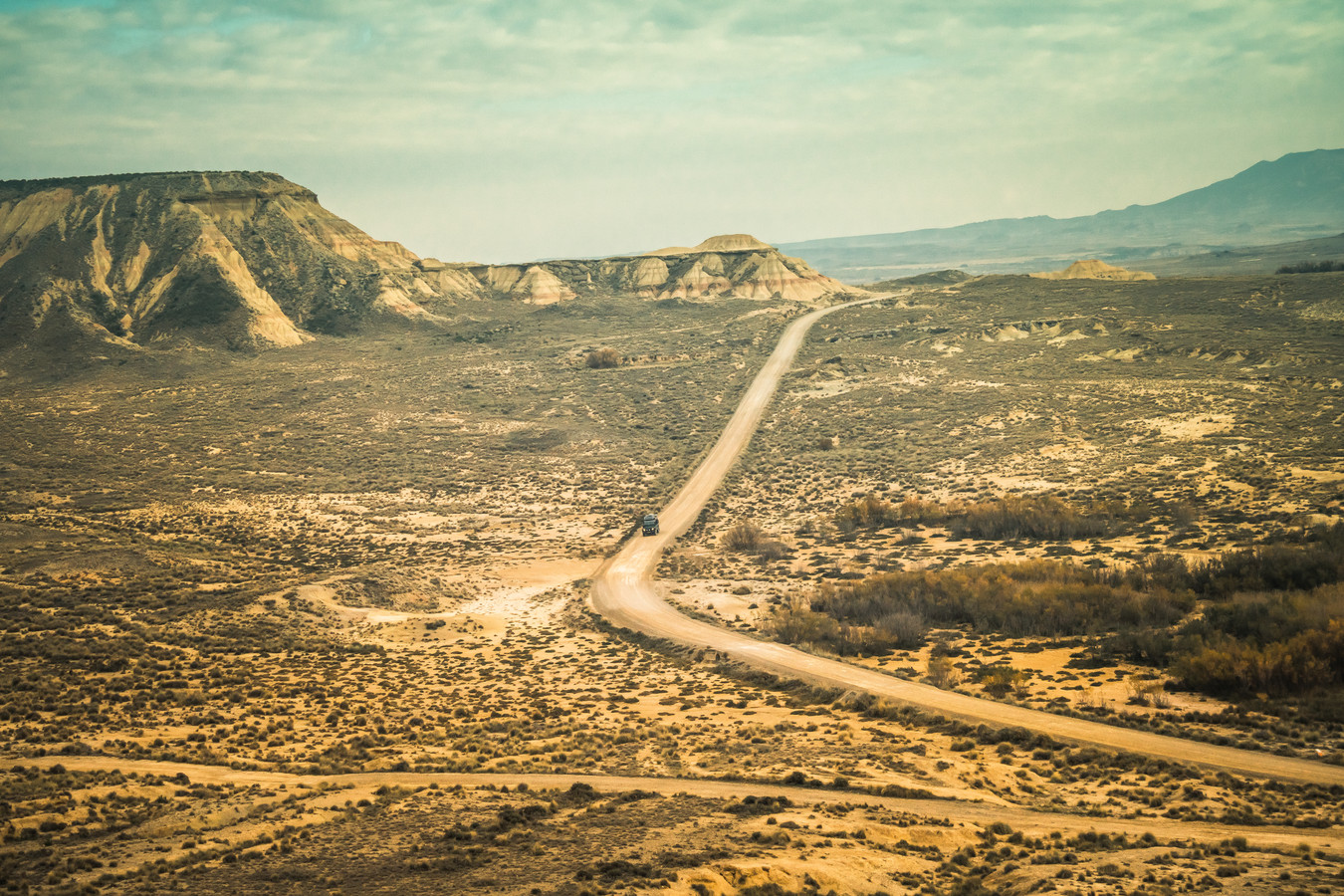 """De Land Rover in de woestijn van Bardenas Reales. """"Dit is één van die natuurwonderen waar we het over hadden. Gewoon in Spanje!"""""""