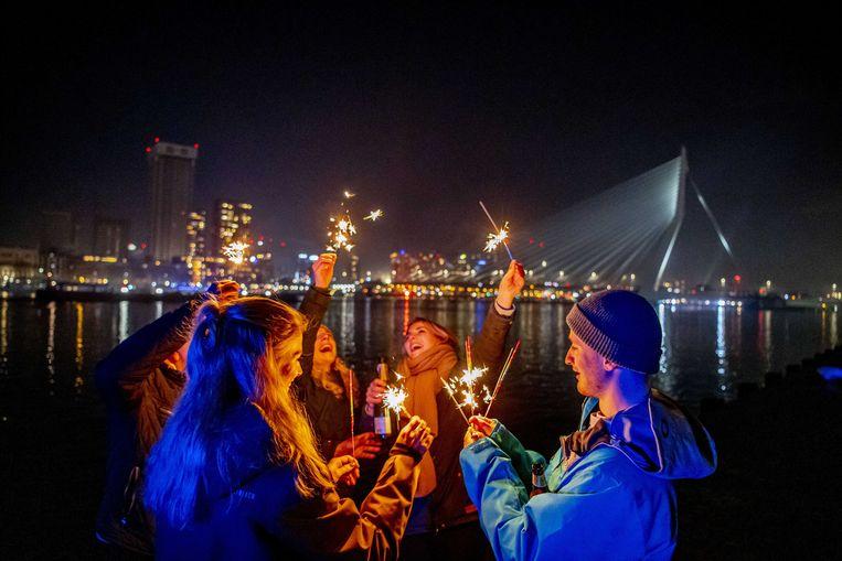 De Erasmusbrug in Rotterdam, dit jaar niet verlicht door het vuurwerkspektakel.  Beeld ANP